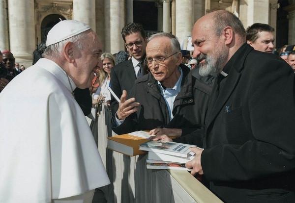 Papst-Unterschriften-bergabe_kleiner